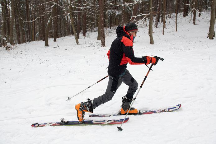 Martijn uit Leersum bond na het langlaufen nog even de ski's onder bij het Leersumseveld.