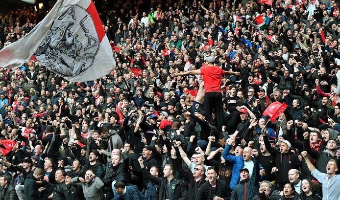 Supporters van Ajax in een volgepakte Arena voor de halve finale in de Champions League tegen Tottenham Hotspur.