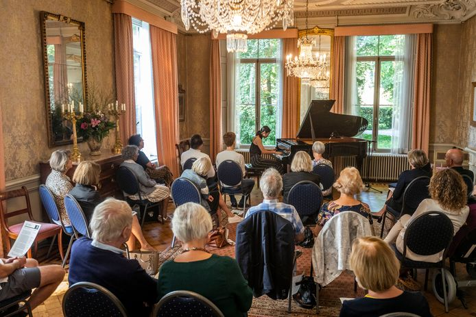 In het kasteel in Geldrop speelt de Chinese pianiste Yang Yang Cai.