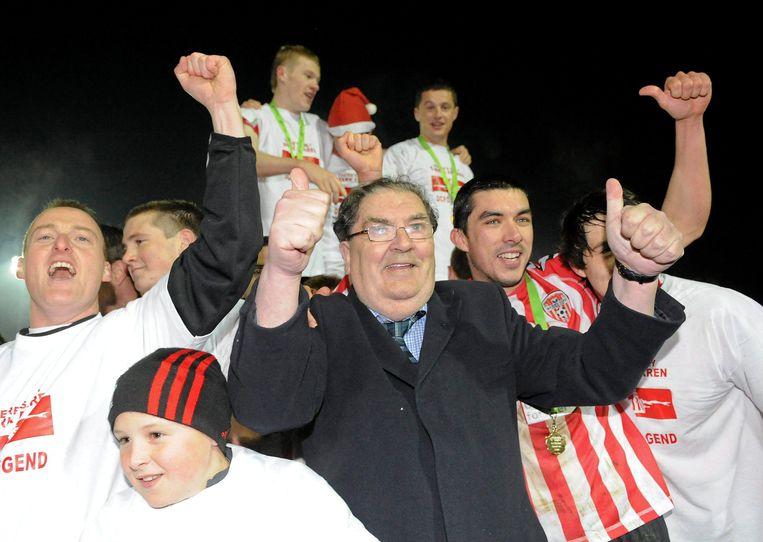 John Hume viert feest met de spelers van Derry City in oktober 2010. Beeld Sportsfile via Getty Images