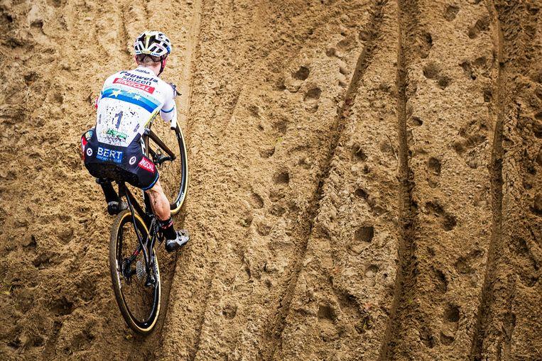 Europees kampioen Eli Iserbyt rijdt beheerst door de zandbak tijdens de Superprestige-manche in Boom. Beeld Photo News