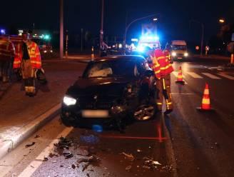 Bestuurder verliest controle over stuur en knalt tegen verkeerslicht