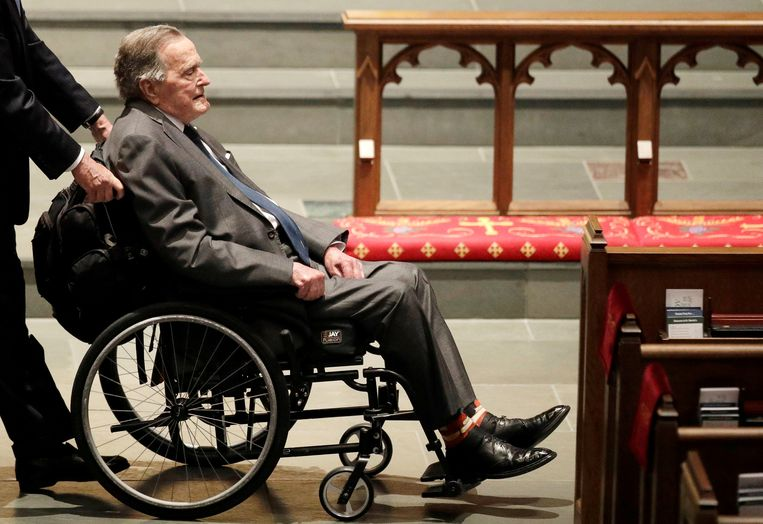 Voormalig Amerikaans president George H.W. Bush bij de begrafenis van zijn vrouw Barbara Bush. Beeld REUTERS