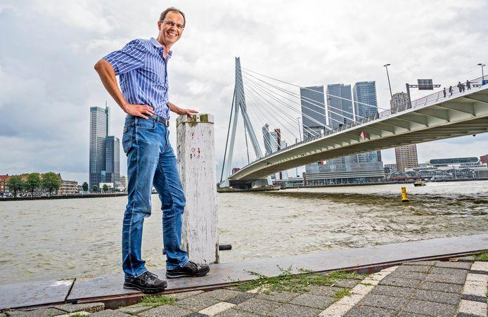 Marcel Walravens maakte als jonge gemeenteambtenaar de eerste technische tekeningen voor de Erasmusbrug. Dertig jaar later is hij nog steeds een vraagbaak voor zijn collega's.