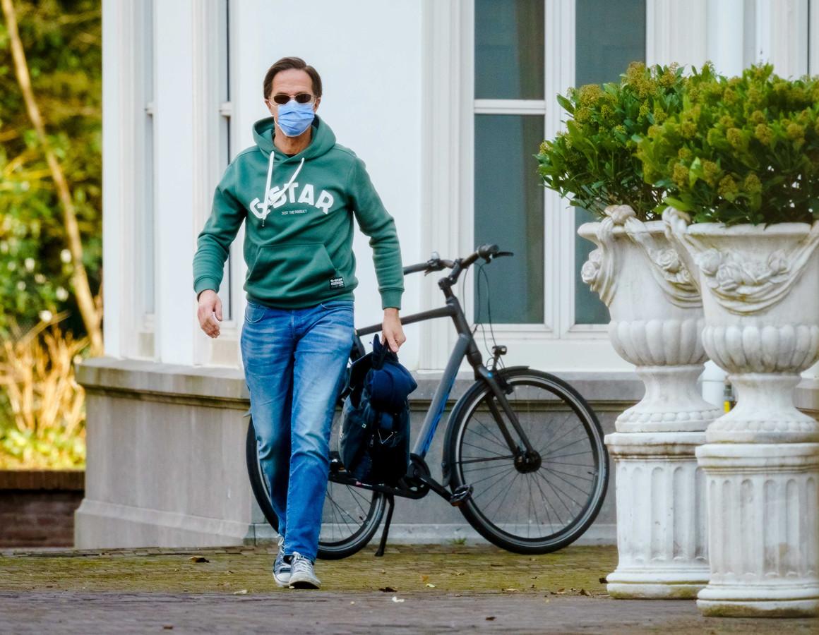 Premier Mark Rutte arriveert bij het Catshuis voor het overleg tussen ministers van het demissionair kabinet en deskundigen over versoepeling van de lockdown.