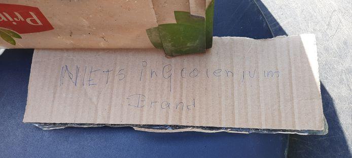 Geïmproviseerd tekstbordje op de even niet bruikbare vuilcontainer van de begraafplaats.