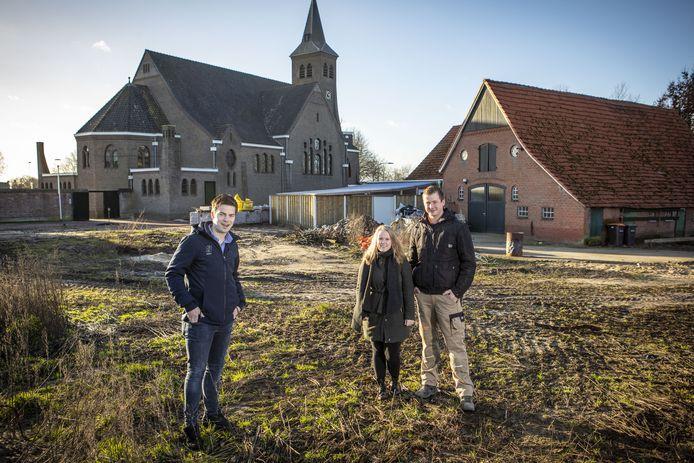 -VLNR: Pim Scholte Lubberink, Lisanne Fox en Mark Peters die kavel hebben gekocht in nieuwbouwplan naast de kerk/achter rijwielzaak.
