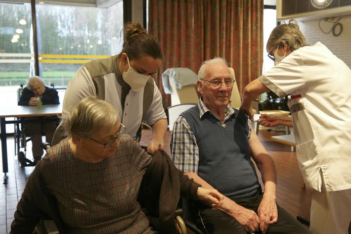 Bewoners van het Sint-Augustinus woonzorgcentrum kregen hun eerste prik.
