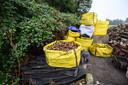 In een hoek van de vroegere vuilnisbelt staat in grote zakken gesorteerd afval.