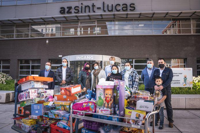 De mensen van Burgerplicht leverden een berg speelgoed aan het AZ Sint-Lucas