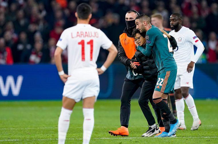 Ajax speelde vorig jaar in de groepsfase  van de Champions League ook al tegen het Franse Lille. Tijdens de uitwedstrijd rende een jonge Franse supporter het veld op naar zijn held Hakim Ziyech.  Beeld BSR Agency