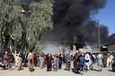 Rook stijgt op bij gevechten tussen regeringstroepen en talibanstrijders in Kandahar in het zuidoosten van het land, de stad werd eerder veroverd door de taliban.