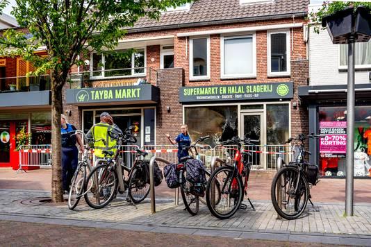 De Tayba-supermarkt aan de Spoorstraat in Wijchen is door brand verwoest.