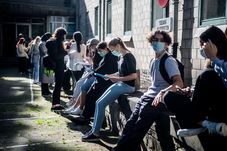 Kandidaat-artsen herhalen nog snel even de cursus vooraleer ze beginnen aan het toelatingsexamen geneeskunde Beeld Photo News