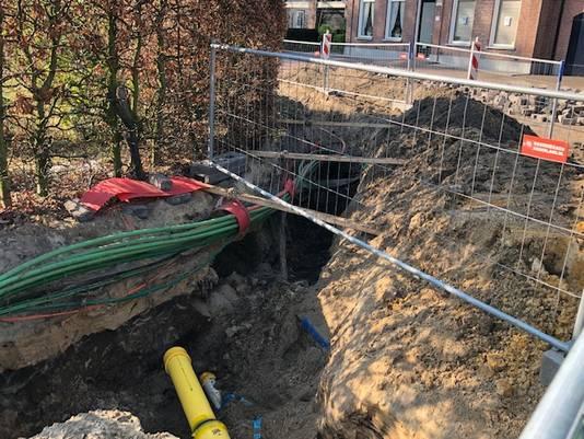 Bij het leggen van kabels is stuitte bouwvakkers op resten van een doodskist en botten. De werkzaamheden zijn meteen stilgelegd en er is ter bescherming zand over gegooid.