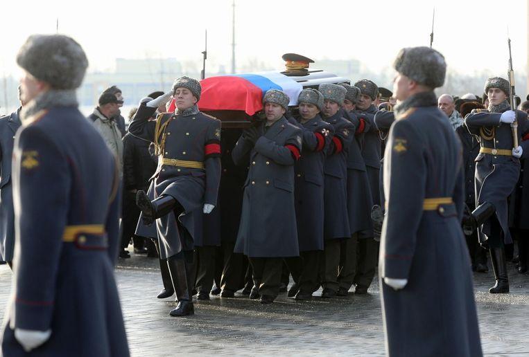 Soldaten dragen de kist van wapenontwerper Kalasjnikov naar zijn laatste rustplaats. Beeld ap