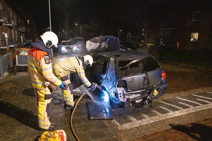 Later in de nacht vatte aan de Isaäc van Hoornbeekstraat in Zwolle ook nog een derde auto vlam.