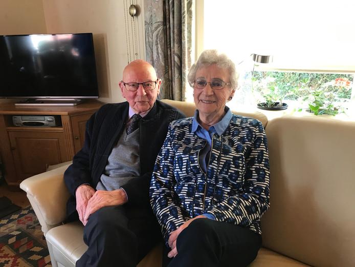 Echtpaar Henk en Kitty Koerselman uit Losser is zeventig jaar getrouwd.
