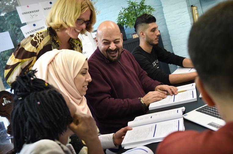 Nederlandse les als onderdeel van een inburgeringscursus. Beeld Marcel van den Bergh / de Volkskrant