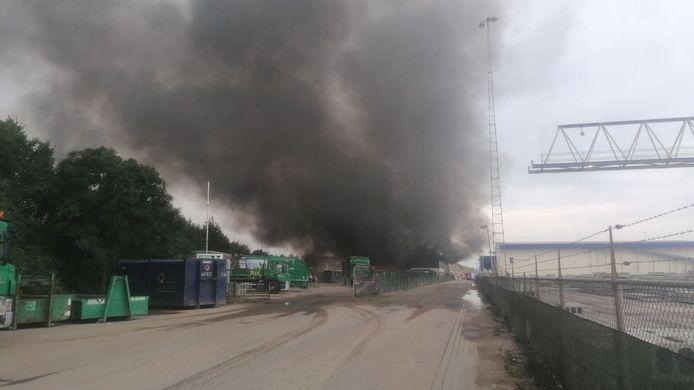 Dikke zwarte rookwolken stijgen op van de milieustraat in Huissen.