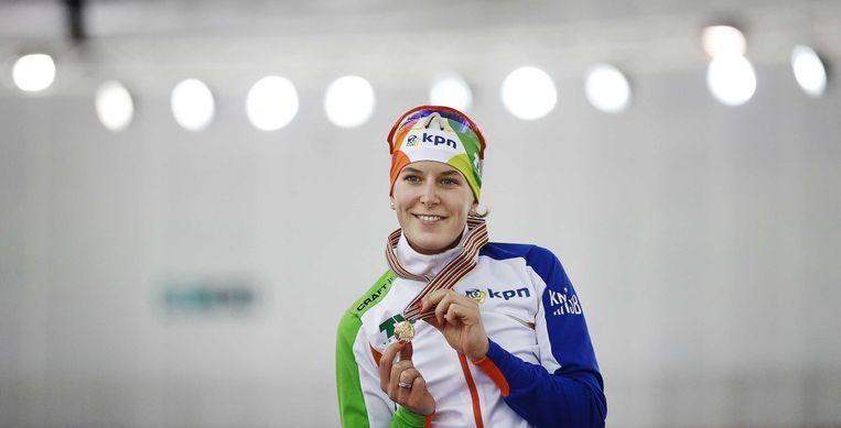 2013-03-21 SOTSJI - Ireen Wust toont haar medaille na het winnen van de 3000 meter op het WK Afstanden in de Adler Arena in Sotsji. ANP JERRY LAMPEN Beeld ANP