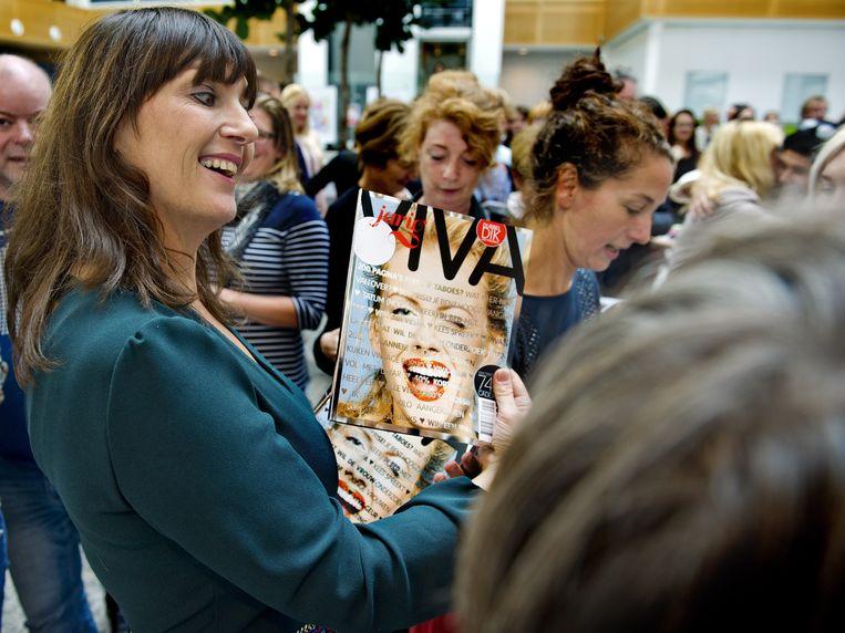 2012: trots presenteert toenmalig Viva-hoofdredacteur Gijsje van Bentum (l) het jubileumnummer bij het 40-jarig bestaan.  Beeld ANP