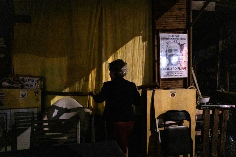 Catherine Pons laat de zelfgebouwde hut zien bij de rotonde waar ze met een groep Gele Hesjes ieder weekend bijeenkomen.  Beeld Joris Van Gennip