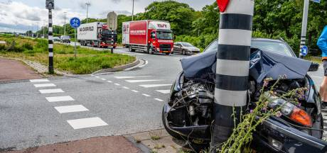 Auto flink beschadigd na botsing in Tilburg