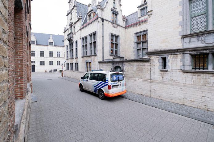 MECHELEN - Een politiecombi aan het gerechtshof van Mechelen.