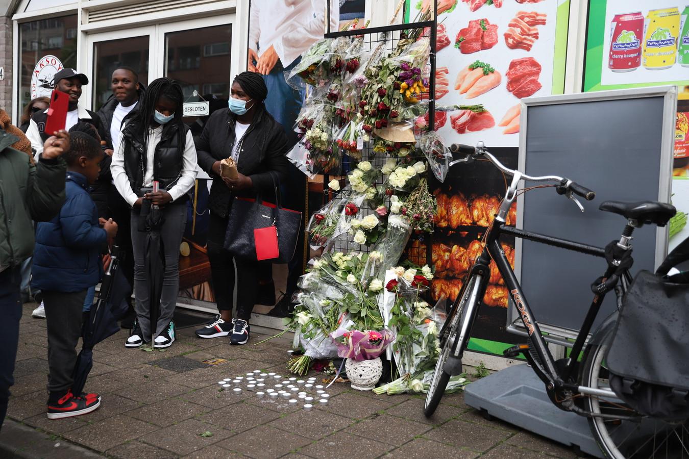 Tientallen mensen komen bijeen op de Rijswijkseweg om Myron te herdenken.