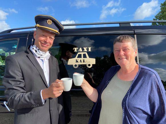 Juf Karlien werd thuis opgepikt door collega Jan Vangheluwe, die zich voor de gelegenheid als taxichauffeur had uitgedost.