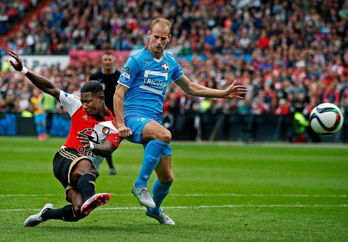Frank van der Struijk in zijn Willem II-tijd in duel met Eljero Elia.