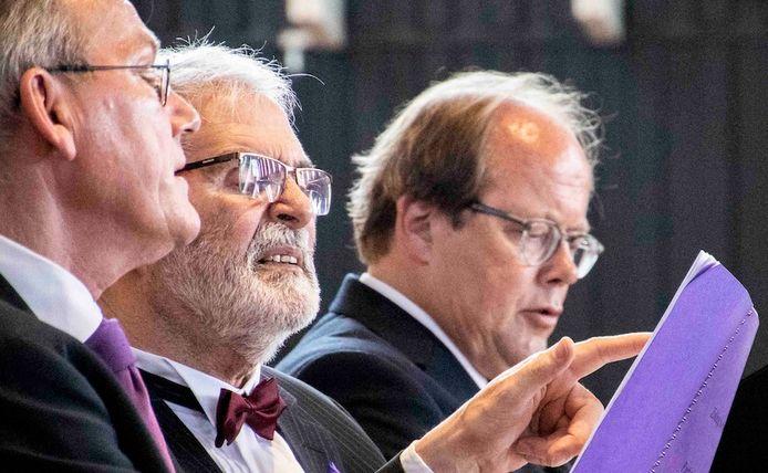 Het Participatiekoor in Haarlem voerde eerder de Matthäus Passion uit met ouderen die aan dementie lijden. Op de foto krijgt een deelnemer hulp van een professionele zanger bij het zingen.