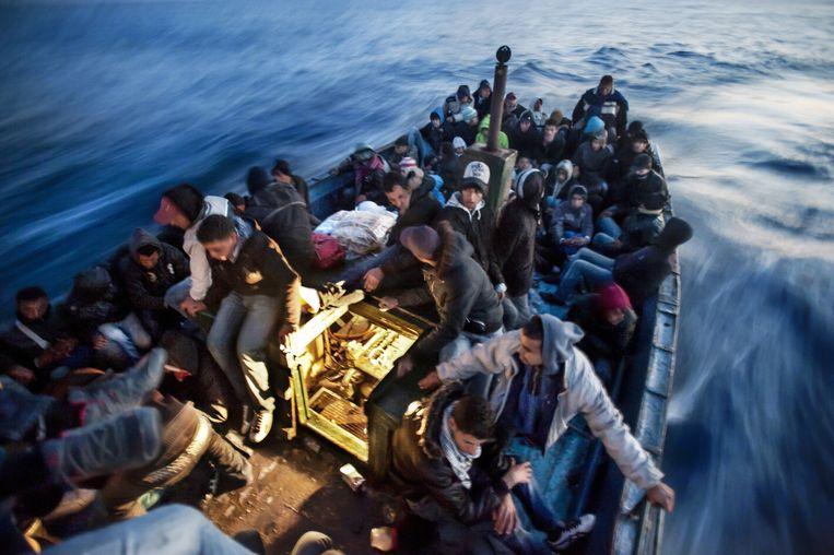 Straat van Sicilië, april 2011. Een boot vol immigranten uit Tunesië. Piscitelli voer mee: