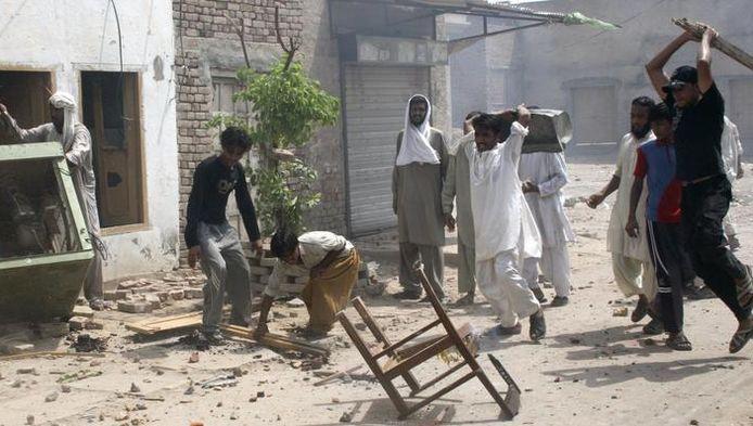 Moslims vernielen huisraad van christenen.