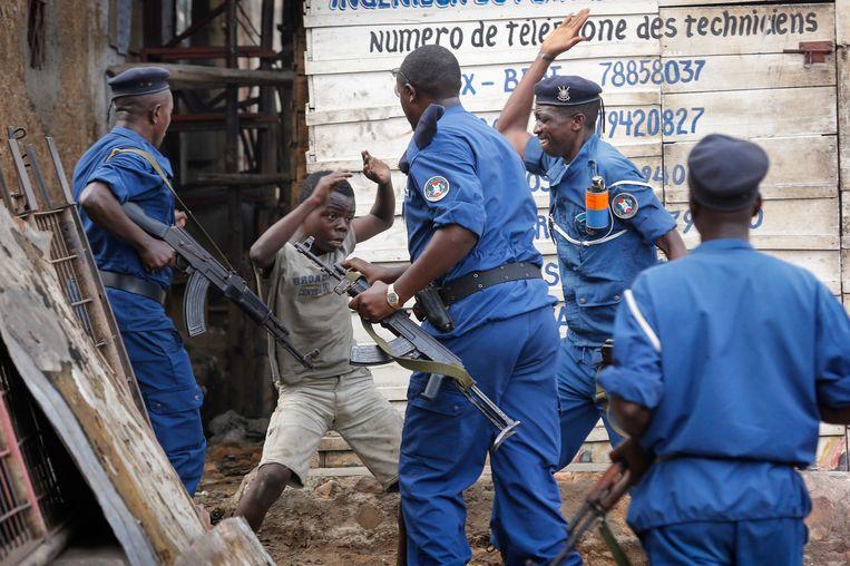 Een jongen probeert zichzelf te verdedigen tegen politie tijdens een anti-regeringsdemonstratie tegen Burundi's president Pierre Nkurunziza. Beeld epa