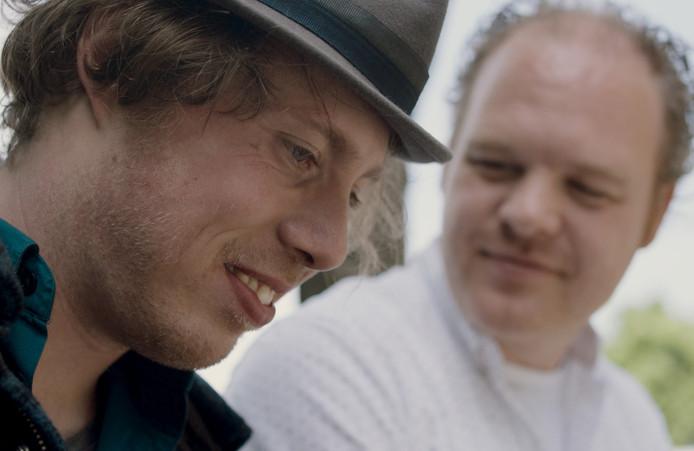 Mari Sanders (links) van de documentaire 80 procent in gesprek met zijn broer