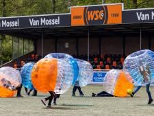 Rollen en botsen in je eigen voetbalbubbel, bubbelvoetbal slaagt bij WSC in Waalwijk