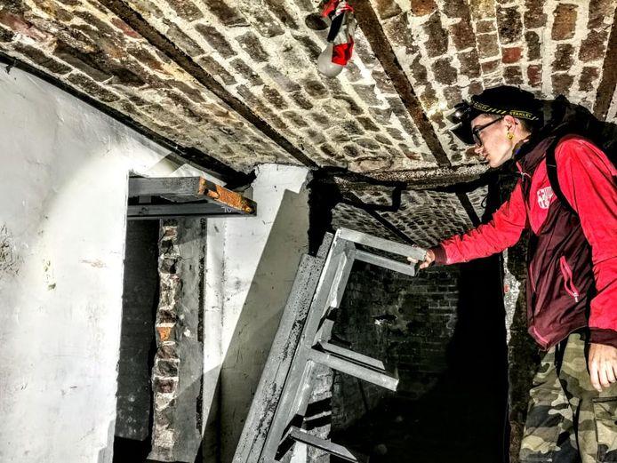 Lolo Urbex devant la lugubre cache dans l'ex-maison de Marc Dutroux à Marcinelle (Charleroi)