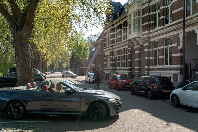 Auto's bepalen te veel het straatbeeld, vinden veel gemeenten, soms door de vele  betaalde parkeerplaatsen zoals hier aan de Van der Does de Willenboissingel