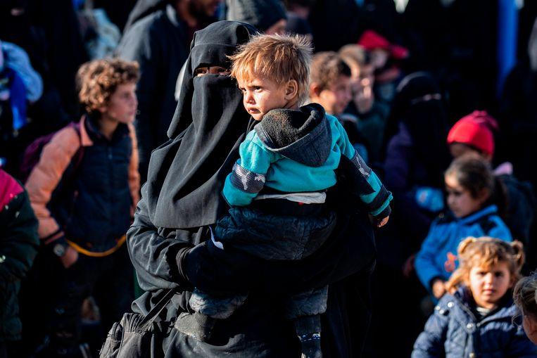 Een moeder met haar kind in het kamp Al Hol.  Beeld AFP