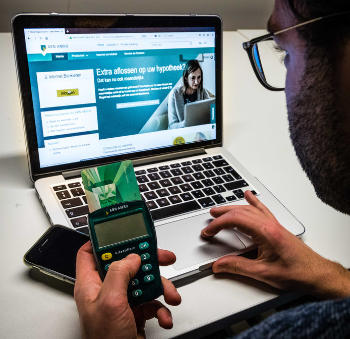 Steeds meer mensen bankieren online, zodat er minder mensen naar de kantoren van ABN Amro komen.