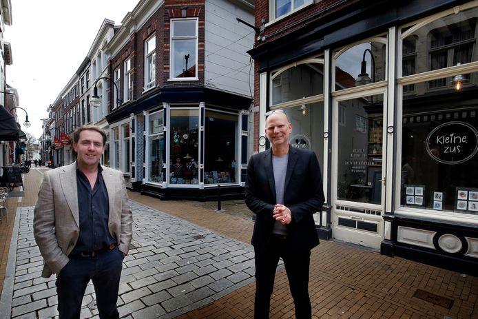 Ondernemer en vastgoedeigenaar Janjan Mens en projectleider Jeroen Wichers op de Langendijk. Het is stil in de winkelstraat door de coronapandemie.