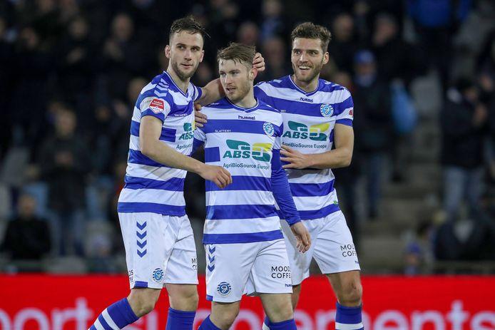 Callum Slattery is het middelpunt van de feestvreugde bij De Graafschap na zijn 2-0 tegen Roda JC. Branco van den Boomen (links) en Javier Vet (rechts) feliciteren de doelpuntenmaker.