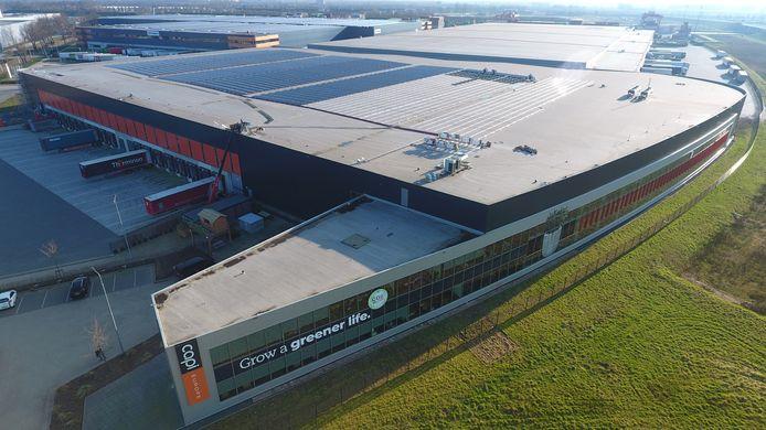 Een zonnedak in aanleg op het dak van Capi Europe in Tilburg, in samenwerking met Solar Valley. Het gaat om 4556 zonnepanelen.