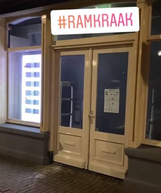 De voordeur van de opticien in Zwolle die werd geramd.