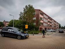 Verdriet is voelbaar wanneer de rouwstoet langs de Almelose flat komt waar Zonund en Maral werden vermoord