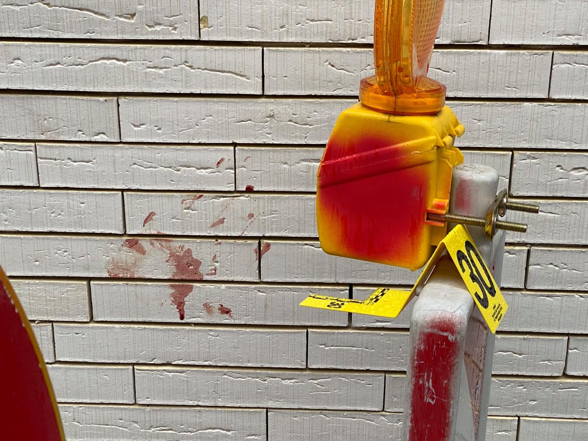 De Bisschopstraat en de Constitutiestraat waren een tijd afgesloten voor het verkeer. Op verschillende plaatsen waren bloedvlekken te zien van het slachtoffer.