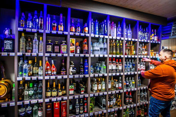 Vanaf donderdag mag er geen alcohol meer worden verkocht na 20 uur, ook niet in nacht- en avondwinkels. Manager Murat Agra ordent de schappen in de winkel aan de Besterdring