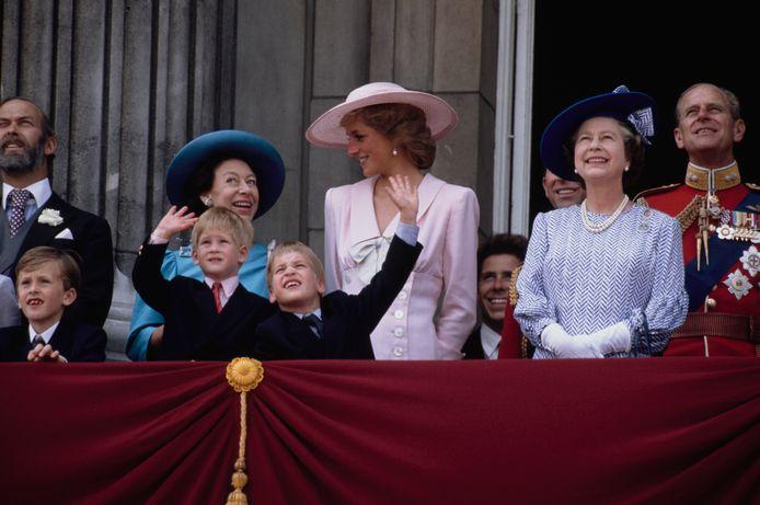 Le prince Michael de Kent (à l'extrême gauche), avec la princesse Anne, la princesse Diana, les princes Harry et William, la reine Elizabeth II et le duc d'Edimbourg (Londres, 1989)
